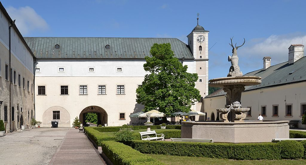 1024px-Červený_Kameň_(Bibersburg,_Vöröskő)_-_courtyard