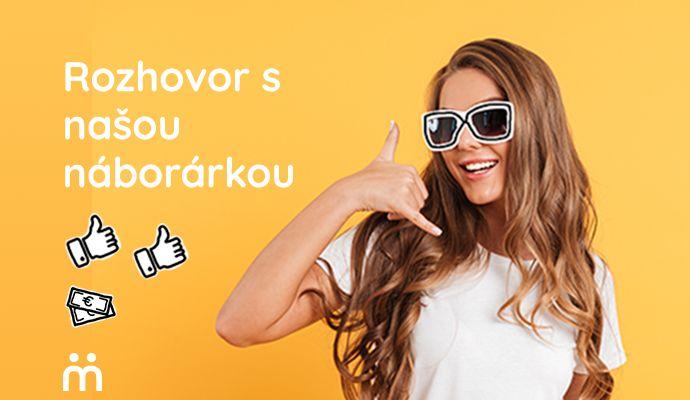 mladá žena so slnečnými okuliarmi, ktorá gestom znázorňuje telefonovanie, pohovor cez telefón